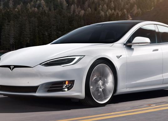 Een Tesla kun je niet zomaar opkrikken, hier moet je op letten