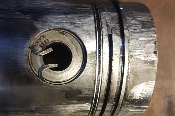 Slechte reparatie nekt motor oude camper Driving-Dutchman